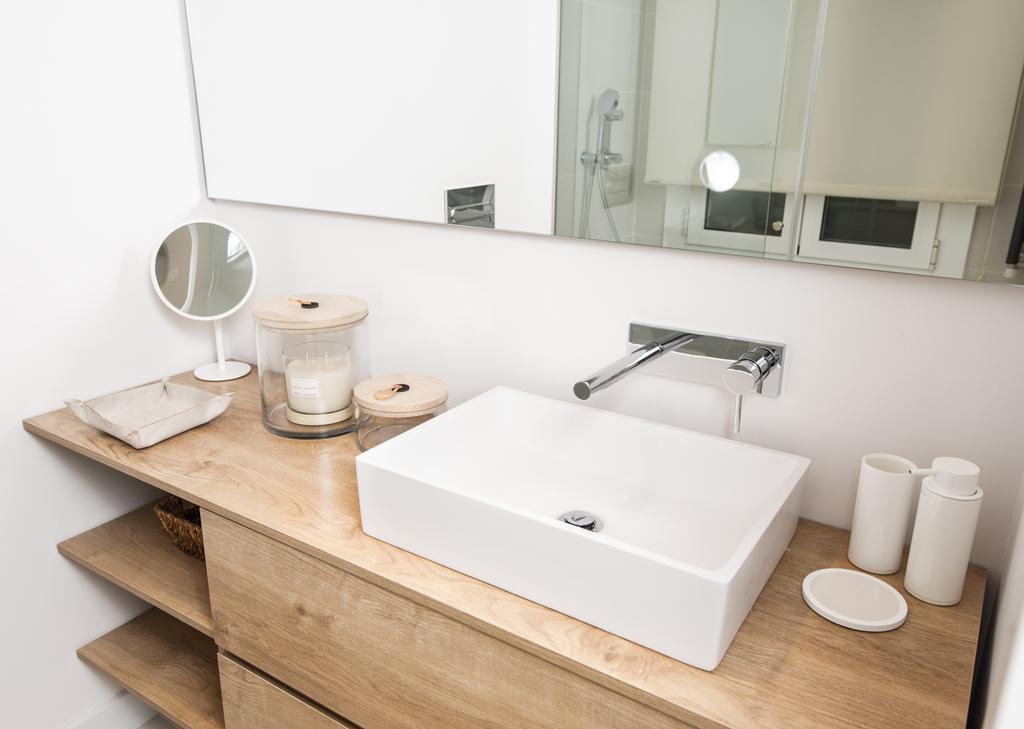 Mueble bano lavabo piedra madera 13 vivestudio reformas e interiorismo en barcelona - Muebles para bano en madera ...