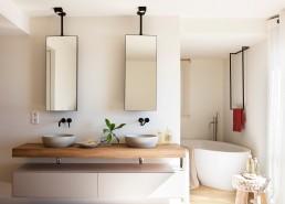 Baño moderno con bañera oval