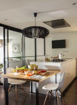 Cocina de diseño con mesa de madera y sillas Silla Eames