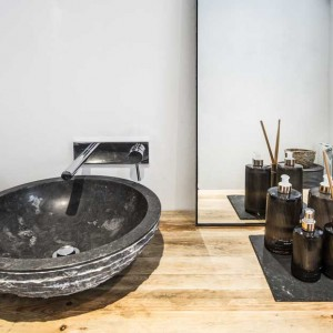 Lavabo de piedra negra sobre madera