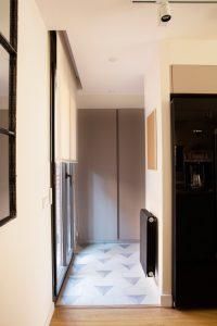 decoración y interiorismo entrada piso en Barcelona