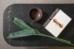 mesita de diseño con mármol negro